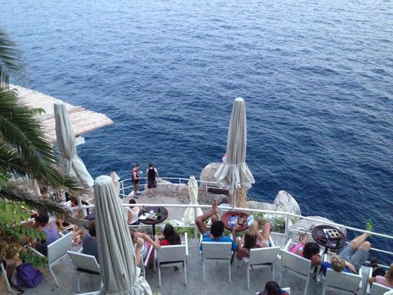 Restaurante na praia de Sv. Jakov com a vista espetacular da ilha de Lokum