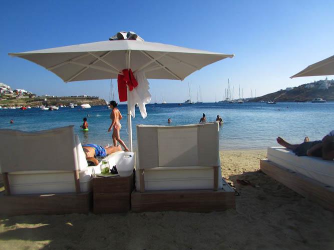Praia de Petinos - Águas límpidas e ótimos preços em Mykonos