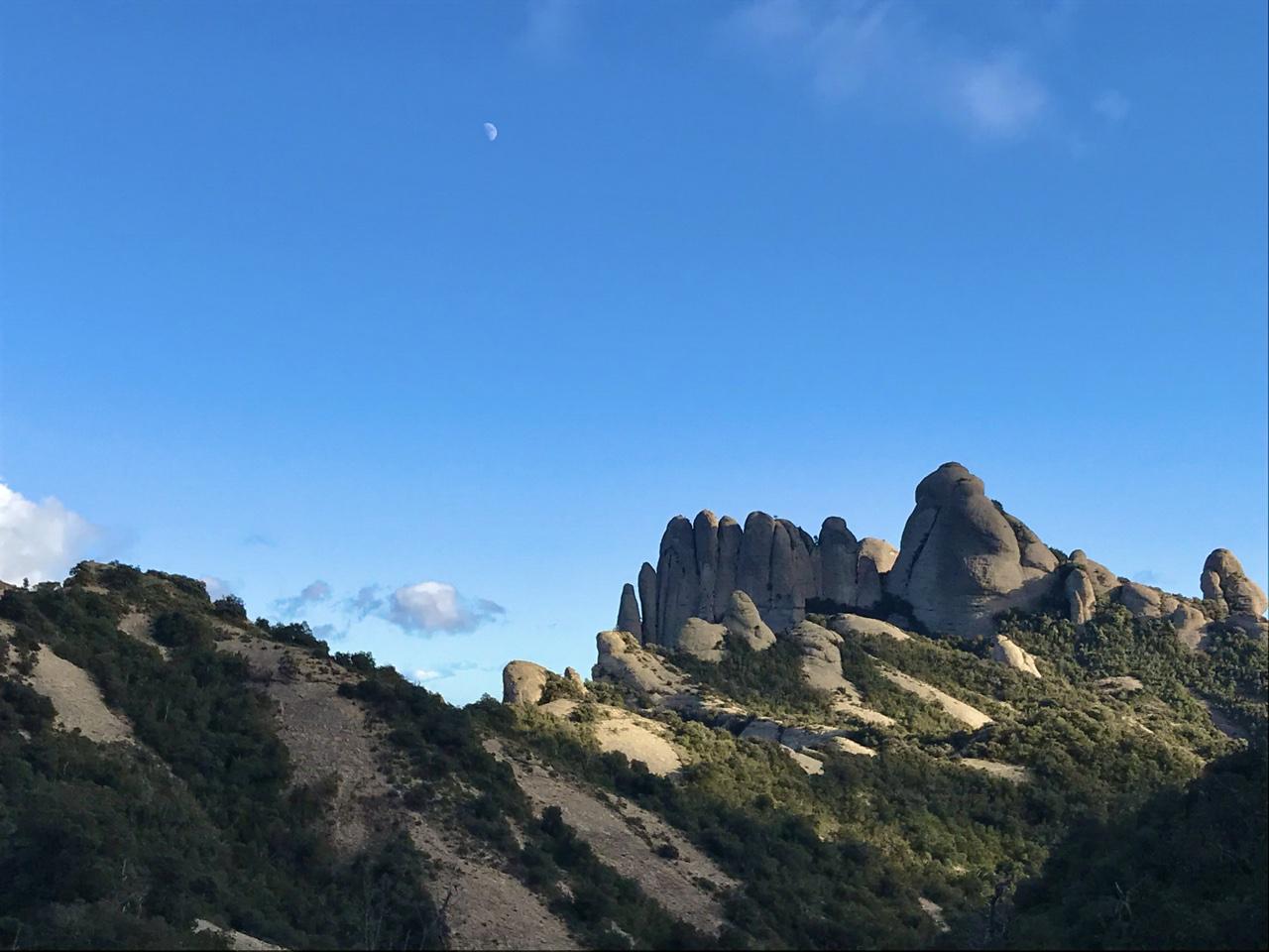 Uma das vistas espetaculares da montanha vista do alto durante caminhada