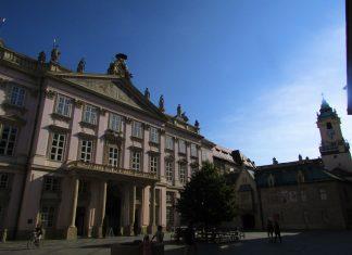 A impressionante fachada do Primate Palace