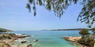 Uma das melhores praias perto de Atenas: Praia de Vouliagmeni com suas águas cristalinas