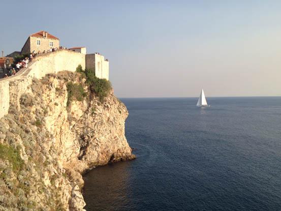 A incrível muralha que se estende sobre a rocha e onde ficar em Dubrovnik para ter as melhores vistas.