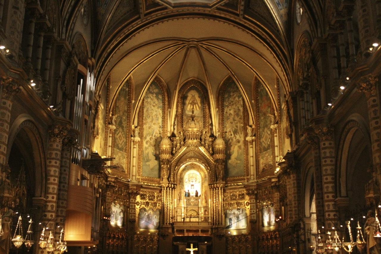 O inigualável interior da Basílica de Montserrat