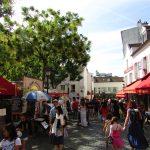 As ruas boêmias do charmoso bairro de Montmartre, que abriga o Moulin Rouge