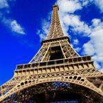 A esplendorosa Torre Eiffel, símbolo de Paris. Que tal se hospedar barato com vista para ela?