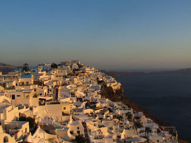 Vista de Firostefani ao por-do-sol, uma ótima opção onde se hospedar em Santorini